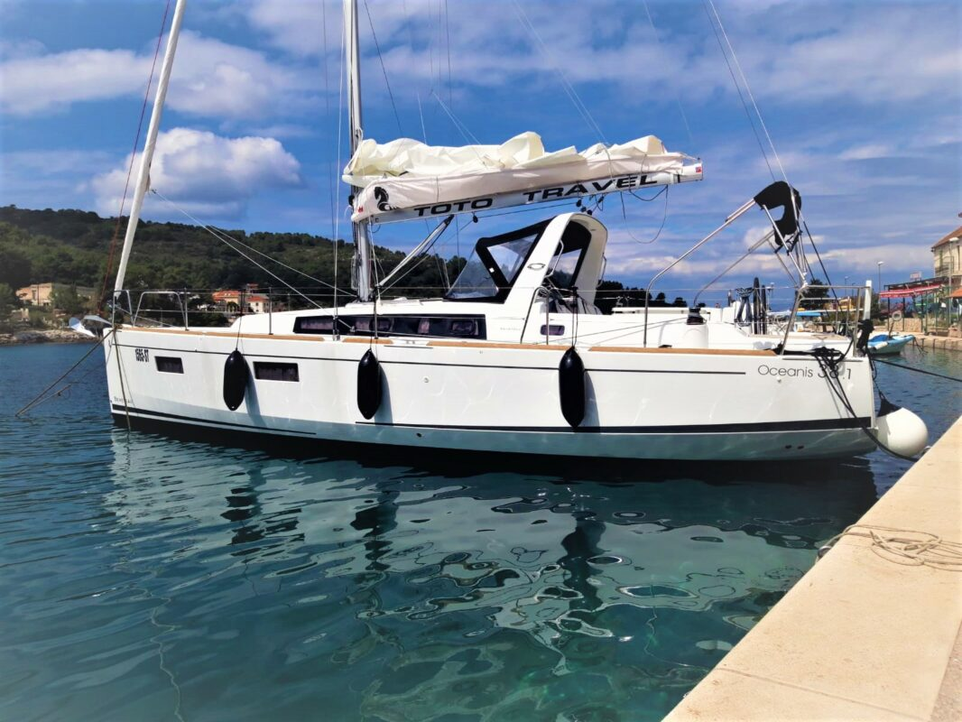 Toto Travel Rent A Boat Beneteau Oceanis 38.1. 3