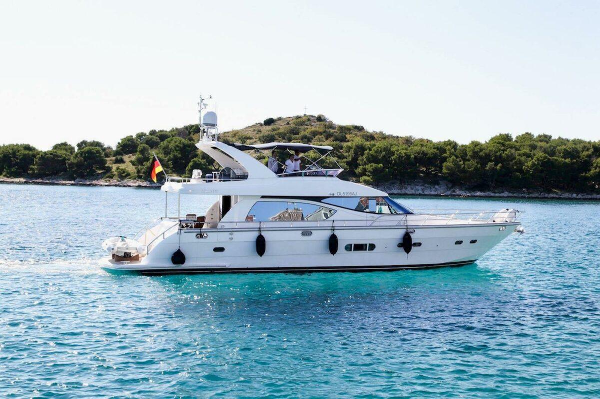 Toto-Travel-Rent-A-Boat-Yarretti-2210-4